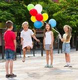 Enfants avec la corde à sauter chinoise Photographie stock libre de droits