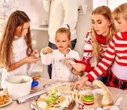 Enfants avec la maman faisant cuire la pâte de roulement dedans Photos libres de droits