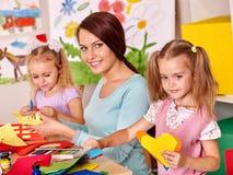 Enfants avec la peinture de professeur photo stock