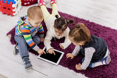 Enfants avec la tablette images stock