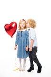 Enfants avec le ballon en forme de coeur Photo stock