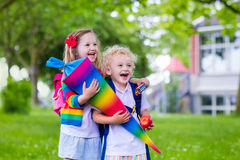 Enfants avec le cône de sucrerie le premier jour d'école en Allemagne Photo libre de droits