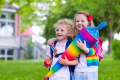 Enfants avec le cône de sucrerie le premier jour d'école en Allemagne Image libre de droits