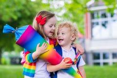 Enfants avec le cône de sucrerie le premier jour d'école en Allemagne Photographie stock libre de droits