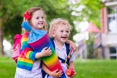 Enfants avec le cône de sucrerie le premier jour d'école en Allemagne Photos libres de droits