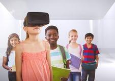 Enfants avec le casque de VR dans la chambre Photos libres de droits
