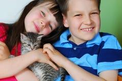 Enfants avec le chaton Photographie stock