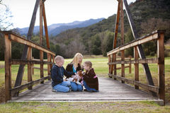 Enfants avec le chiot photographie stock libre de droits