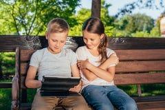 Enfants avec le comprimé numérique Photo stock