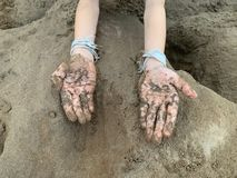 Enfants avec le développement de sable de l'étude pour nager, jouant le sable images libres de droits