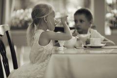 Enfants avec le dessert en café Image libre de droits