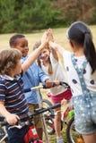 Enfants avec le geste de la haute cinq Photos libres de droits