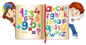 Enfants avec le livre des nombres et des alphabets Photo stock