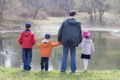 Enfants avec le père Image libre de droits