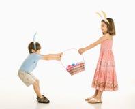 Enfants avec le panier de Pâques. Image libre de droits