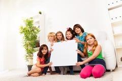 Enfants avec le panneau vide d'annonce Image stock
