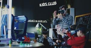 Enfants avec le professeur explorant la technologie de VR banque de vidéos
