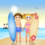 Enfants avec le ressac sur la plage Photographie stock