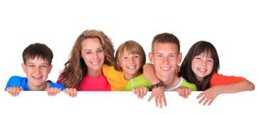 Enfants avec le signe blanc photographie stock libre de droits