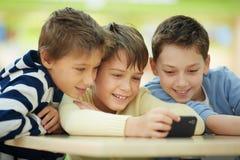 Enfants avec le smartphone Image stock