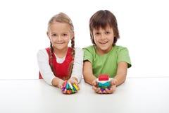Enfants avec les blocs colorés d'argile Images stock