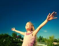 Enfants avec les bras tendus Images libres de droits