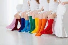Enfants avec les chaussettes colorées Chaussures d'enfants Photo stock