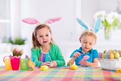 Enfants avec les oeufs de pâques colorés Images stock