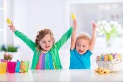 Enfants avec les oeufs de pâques colorés Photos libres de droits