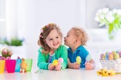 Enfants avec les oeufs de pâques colorés Photographie stock