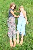 Enfants avec les semelles sales des pieds nus Images stock
