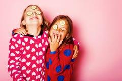 Enfants avec les visages heureux, concombres sur des yeux et cheveux lâches photos libres de droits