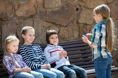 Enfants avec petit jouer de boule Photographie stock