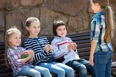 Enfants avec petit jouer de boule Photos libres de droits