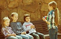 Enfants avec petit jouer de boule Photo stock