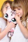 Enfants avec un chat de peluche de jouet Images libres de droits