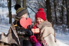 Enfants avec un coeur de cadeau et de papier Images libres de droits