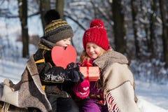 Enfants avec un coeur de cadeau et de papier Photographie stock libre de droits