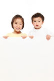 Enfants avec un conseil blanc Photo stock