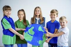 Enfants avec un globe photographie stock libre de droits
