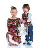Enfants avec un perroquet Image stock