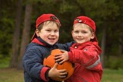 Enfants avec une bille Image stock