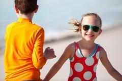 Enfants ayant l'amusement à la plage Photo stock