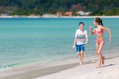 Enfants ayant l'amusement à la plage images libres de droits