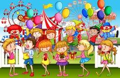 Enfants ayant l'amusement au parc d'amusement Image libre de droits