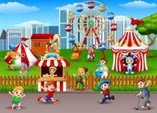 Enfants ayant l'amusement au parc d'attractions illustration libre de droits
