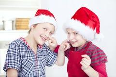 Enfants ayant l'amusement dans la cuisine Photographie stock libre de droits