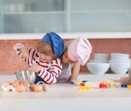 Enfants ayant l'amusement dans la cuisine Photos libres de droits