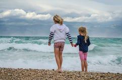 Enfants ayant l'amusement dans la plage Photos libres de droits