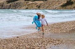 Enfants ayant l'amusement dans la plage Image stock